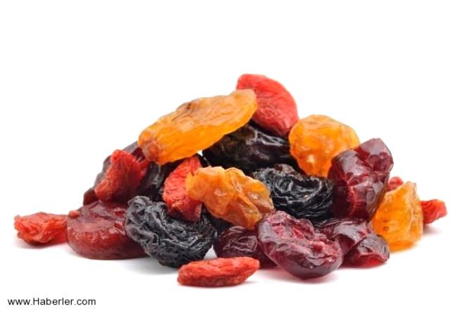 Sağlıklı yaşamın sembolü meyvelerin kurusu da hastalıklara geçit vermiyor.   İşte kanserden tansiyona, kansızlıktan göz yorgunluğuna kadar iyi gelen kuru meyvelerin faydaları: