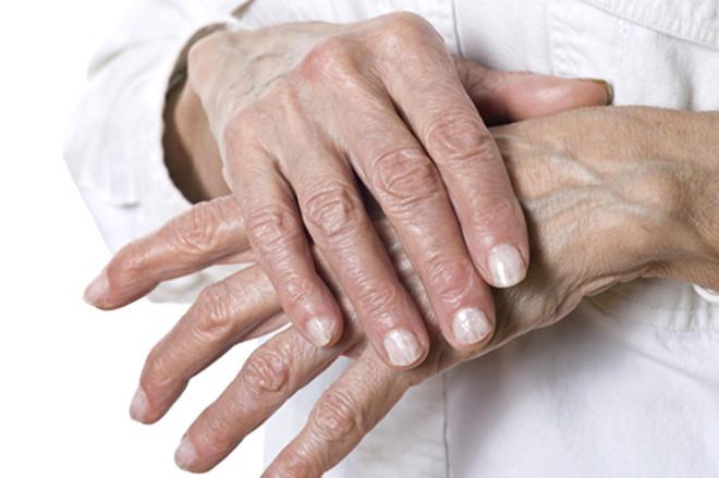 Bazı insanlar her iki elinin parmaklarını birbirine geçirerek ve onları gererek ses çıkarırlar.