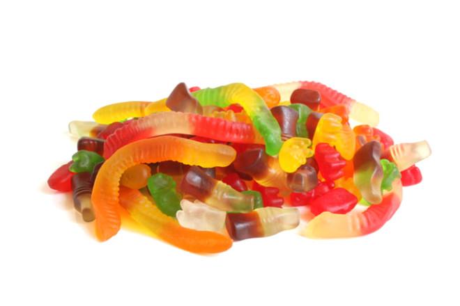 - Rafine şeker ve meyve gazozu /     Jelibon ve benzeri şekerli yiyecekler kanser hücrelerinin üremesini artırıyor. Özellikle pastalar, gazozlar ve meyve suları yasaklılar listesinde en başta gelenler.