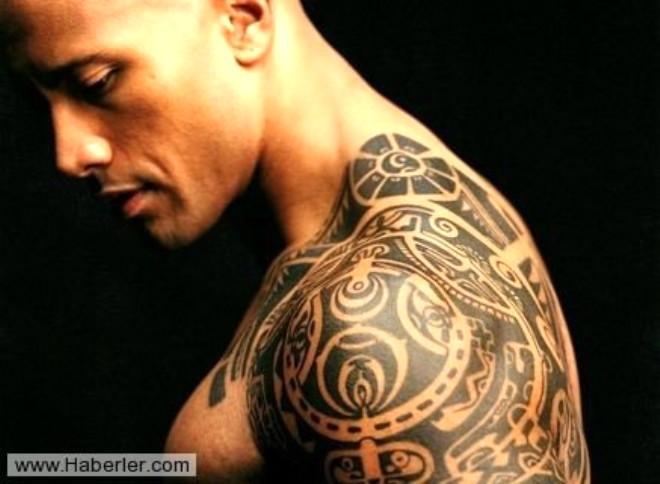 Omuzlarına dövme yaptıran erkekler  Sıradanlığın dibine vurmuş kimselerdir. Yatakta çok iyi olduklarını düşünen, ama olmayan insanlardır. Beceriksiz olurlar, sevişirken çok konuşurlar. Bütün bunlara karşın kendini beğenmiş ve ukaladırlar.
