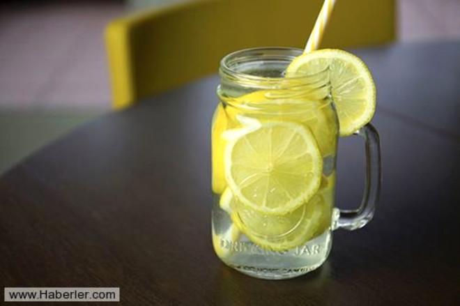 Su lekesi olan banyo eşyalarını limon ile temizleyebilirsiniz.