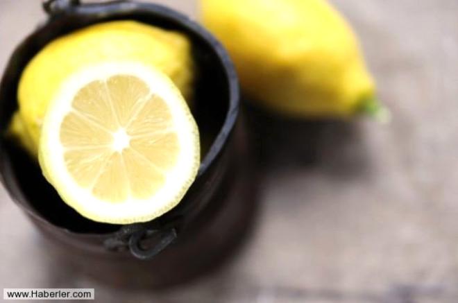 Kıyafetlerdeki ter lekelerine limon suyu sürüp yarım saat bekletin ve yıkayın. Ter lekeleri yok olacaktır.
