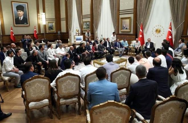 Cumhurbaşkanı Recep Tayyip Erdoğan, Beştepe Millet Camisi önünde vatandaşlarla bir araya gelen sanatçı, oyuncu, radyocu ve sporcuları Cumhurbaşkanlığı Külliyesi