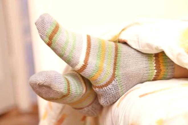 Kış aylarının gelmesiyle birlikte akşam çoraplarla uyumaya da başladık. Fakat ayağımızı sıcak tutarken sağlığımızdan da olabilir. İşte çorapla uyumanın 5 tehlikesi...