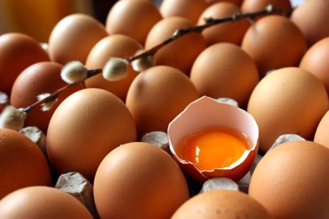 Yumurtayı suda kaynatarak pişirme yöntemi sırasında,yumurtadaki proteinlerde bulunan aminoasit zincirleri değişime uğrayarak ya geçici olarak birbirinden kopuyor ya da yapılarını değişime uğratıyorlar. Bir taraftan bu yaşanırken,eş zamanlı olarak yine kümeleşip bir araya toplanma eğiliminde olurlar. Isınma devam ettikçe bu yığınlar içinde yeni bağlar kurulur ve sonuçta sımsıkı bir protein ağı oluşur.
