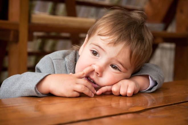 Çocukluğumuzdan itibaren burun karıştırmanın iğrenç bir alışkanlık olduğunu düşünürüz. Hijyenik olmamasının yanı sıra burnunuzu karıştırırken burun deliklerinizin içindeki hassas deriye zarar verebilirsiniz ve bu da sinüs enfeksiyonlarını tetikleyebilir.