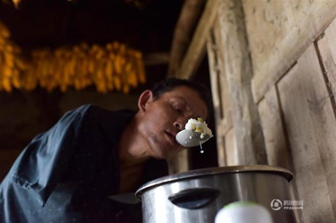 Chen Xinyin, zorlu bir hayat geçirdi. 7 yaşındayken elektrik akımına kapıldı ve kollarını kaybetti.