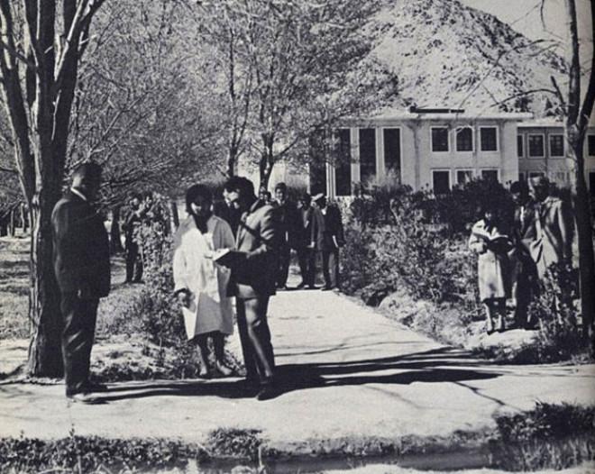 Kabil Üniversitesinde ders arasında çekilmiş bir fotoğraf. Batılı giysileri içinde kadın ve erkek öğrenciler özgürce bir arada zaman geçiriyor. Bu fotoğrafın çekildiği yıldan önceki dört yılda üniversitedeki öğrenci sayısı dört katına çıkmış.