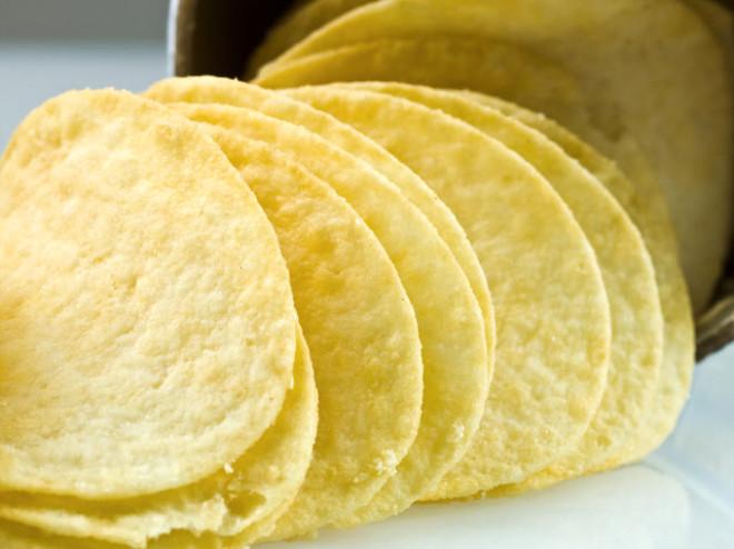 Bu gördüğünüz cipsler patatesten değil özel bir hamurdan üretiliyor. İçeriğinde buğdayi pirinç, mısır unu ve patates pulları içeriyor. İnce hamur haline getirilen cipsler kızartılıp kurutuluyor. Çeşitli baharatlarla çeşnilendirildikten sonra paketleniyor. Biz de bu ürünü patates cipsi diye tüketiyoruz...