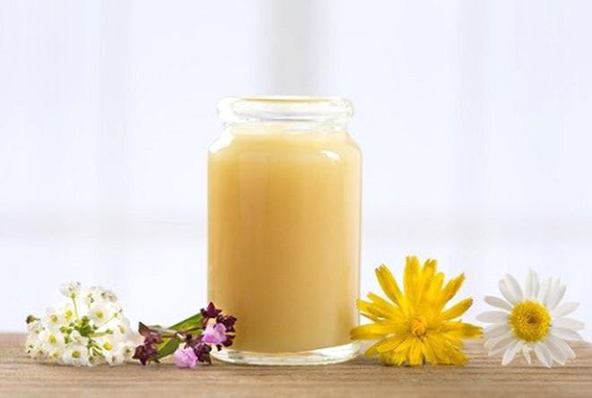 ARI SÜTÜNÜN TÜKETİM MİKTARI NE OLMALI? Günlük doz için net bir miktar yoktur. Ancak, arı sütünün saf şekilde yetişkinlerde günlük 500 mg, bir rahatsızlığa karşı kullanılacaksa da günlük 1 gr alınabileceği ifade ediliyor. Çocuklarda ise yaşa ve doktor tavsiyesine göre yetişkin dozunun ¼