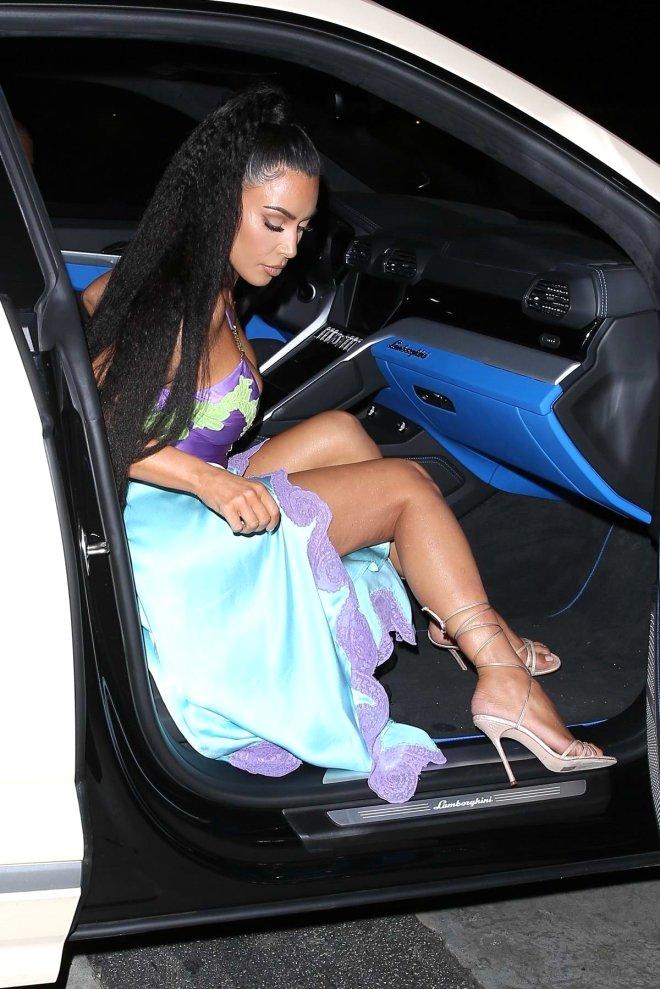 Lamborghini marka aracından inerken frikik vermemek için dikkat eden Kardashian, her adımını takip eden basın mensuplarının yoğun ilgisine maruz kaldı.