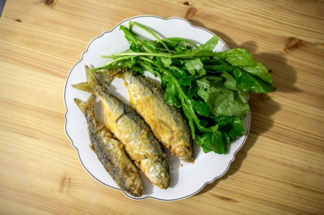 Roka ve balık yüksek miktarda vitamin ve mineraller bakımından oldukça zengindir. Özellikle roka tam bir demir deposudur. Ancak iki besin aynı anda tüketilince roka sayesinde vücuda giren demir maddesi Balık yüzünden hızlı emilime uğrayarak vücuttan atılır. Bu da demir oranını düşürebilir.