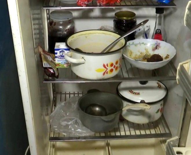 Buzdolabında yemek vardı ancak iki küçük kardeş ulaşamadı...
