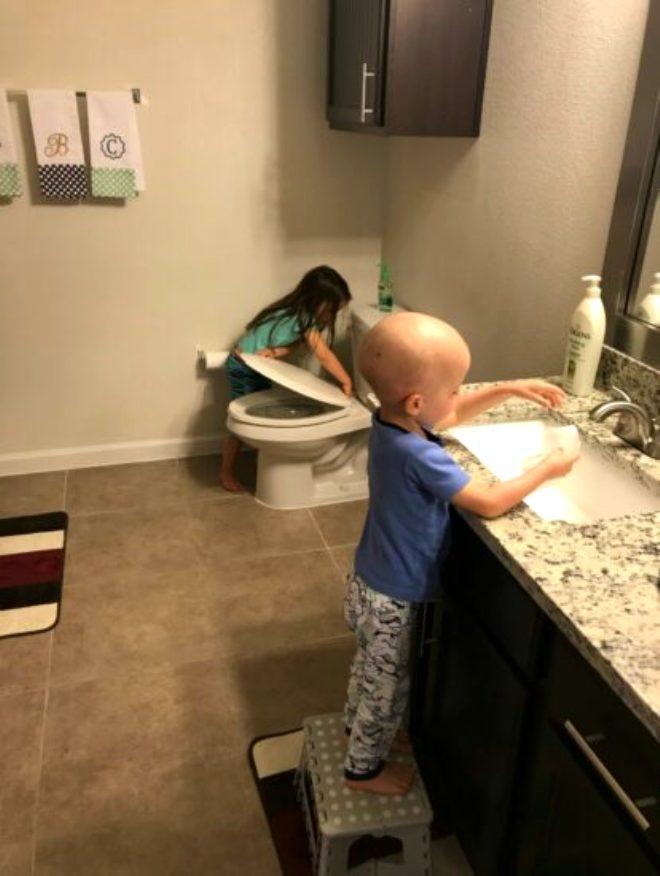Kardeşinin hastalığıyla tüm düzeni bozulmasına rağmen 5 yaşındaki Aubrey