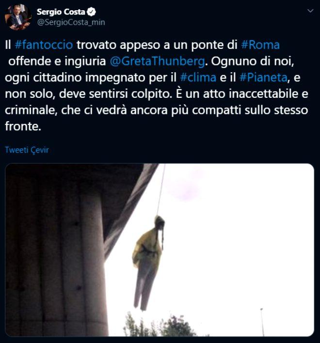 """İtalya Çevre Bakanı Sergio Costa, herkesin iklim konusunda duyarlı olması gerektiğini, söz konusu kuklanın o şekilde asılmasının """"kabul edilemez ve suç teşkil eden bir hareket"""" olduğunu ifade etti."""