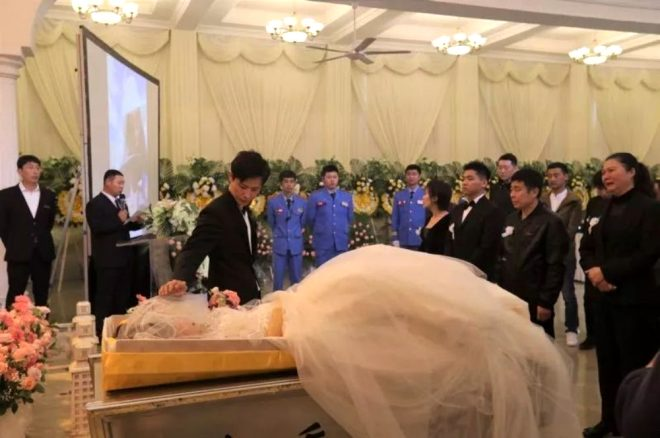 Yaklaşık altı yıl boyunca kanserle mücadele eden sevgilisinin gelin olma hayalini gerçekleştirmek isteyen Xu Shinan, bir düğün töreni düzenleyerek Yang