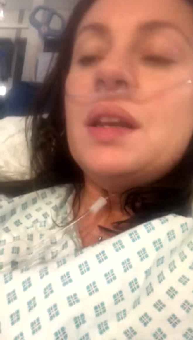 Oksijen tüpüne bağlı olan genç kadının video boyunca nefes almakta zorlandığı ve durmadan öksürdüğü görülüyor.