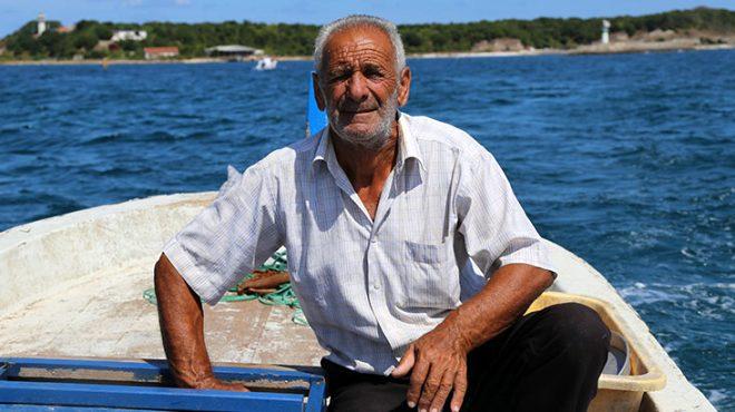 """1 yaşından beri yaşadığı adada çok mutlu olduklarını ifade eden Mustafa Işık, """"Babam fenerciydi. Onun görevinden dolayı biz de burada kaldık. O günden bu yana biz burada yaşıyoruz, ilk geldiğimizde ben 1 yaşındaydım. Balıkçılık yapıyorum, bahçemiz var. Yazın buradayız. Sezon kapandığında Cebeci"""