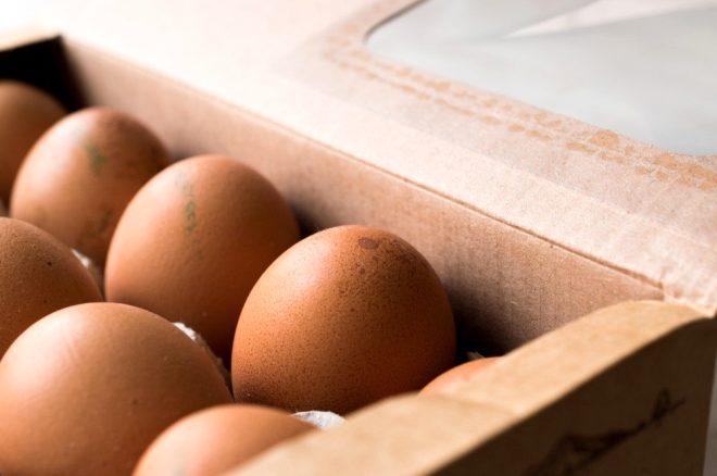 Eğer kod 0 ile başlıyorsa organik demektir. Diğer bir deyişle tavuğun yetiştiriciliği ve kullandığı yem organiktir, hiçbir kimyasal barındırmadığından en sağlıklı yumurta da budur. Diğer yumurtalara göre pahalı olmasının sebebi de aslında tam olarak bu.